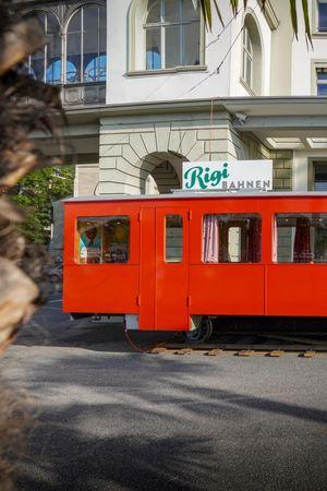 Der historische Rigi-Bahnwagen beim Hotel Schweizerhof lädt zum Verweilen ein