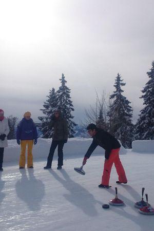 Curling sur le champ de glace naturel